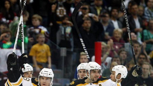 Radost hokejistů Bostonu po výhře nad Phoenixem ve druhém utkání NHL v Praze.