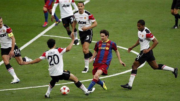 Lionel Messi v obležení hned čtyř protihráčů.