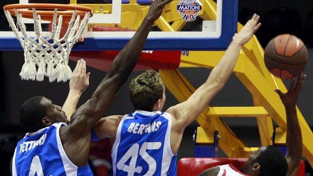 Basketbalista Nymburku Lewis bojuje pod košem Ventspilsu.
