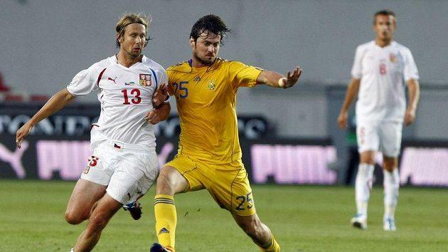 Jaroslav Plašil (vlevo) bojuje o míč s Ukrajincem Milevským.