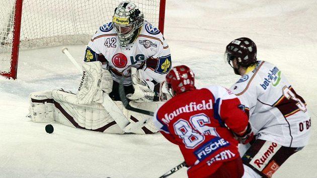 Budějovický forvard Tomáš Mertl (v červeném) pálí na brankáře Sparty Tomáše Pöpperleho.