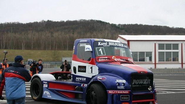 Stáj Buggyra představila při testech v Mostě nový agresivnější design závodního vozu.