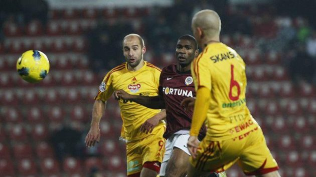 Leonard Kweuke ze Sparty mezi hráči Dukly Janem Vorlem (vlevo) a Pavlem Haškem.