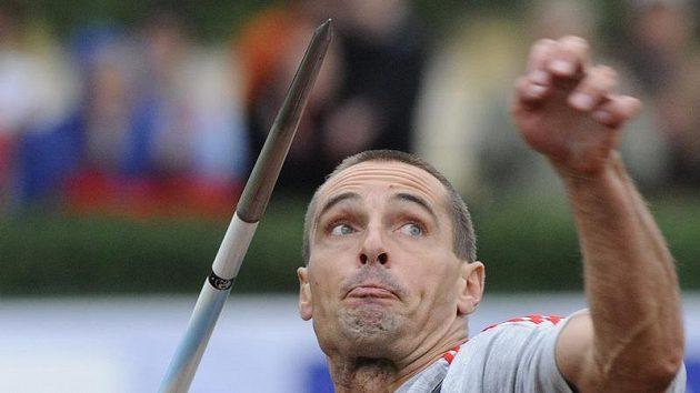 Desetibojař Roman Šebrle hází oštěpem během kladenského mítinku.