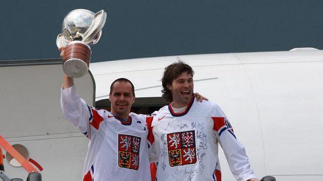Tomáš Rolinek (vlevo) a Jaromír Jágr po příletu do Prahy