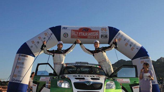 Juho Hänninen (vpravo) a navigátor Mikko Markkula slaví triumf v Italské rallye na Sardinii.