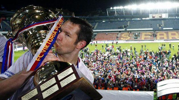 Šestý pohár je můj - plzeňský kapitán Pavel Horváth s trofejí pro vítěze Ondrášovka Cupu.