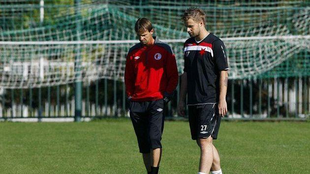 Trenér František Straka (vlevo) mluví na tréninku Slavie se Zbyňkem Pospěchem.