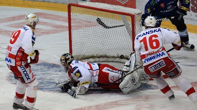 Hokejisté Slavie inkasují gól od Vítkovic.
