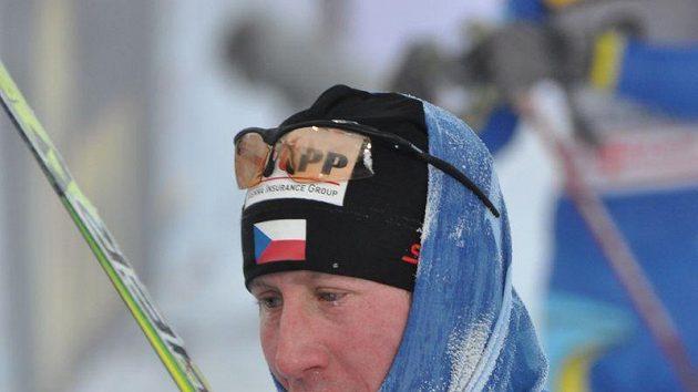Ojíněný Lukáš Bauer v cíli zavěrečné etapy běžecké minitour ve finském Kuusamu.
