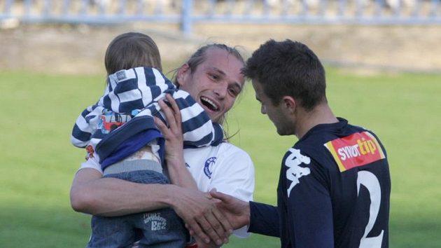 Radost fotbalistů Kladna po výhře nad Slováckem - na snímku si Tomáš Strnad podává ruku s Vítem Valentou.