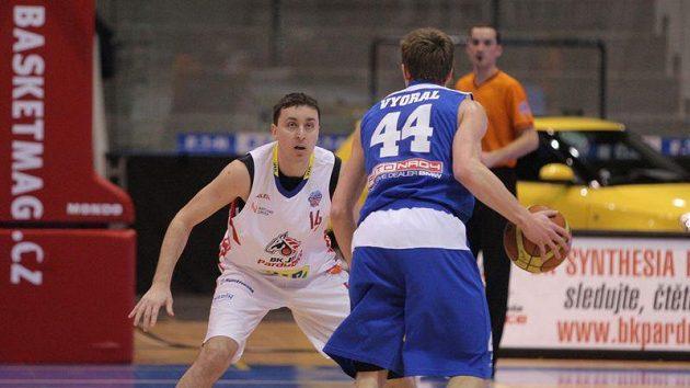 Basketbalista Pardubic Pavel Miloš (v bílém).