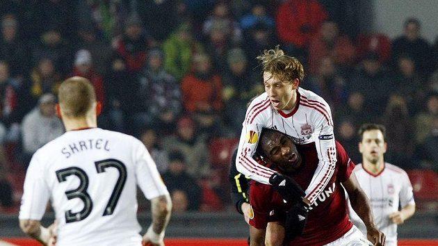 Dirk Kuijt z Liverpoolu atakuje sparťana Léonarda Kweukeho.