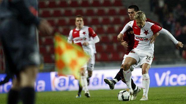 Obránce Sparty Jiří Kladrubský se snaží zastavit Jaroslava Černého ze Slavie v odvetě čtvtfinále Ondrášovka Cupu.