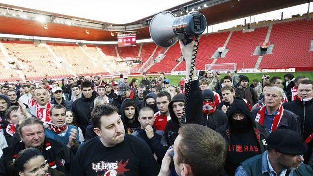 Fanoušci fotbalistů Slavie Praha při protestu v Edenu
