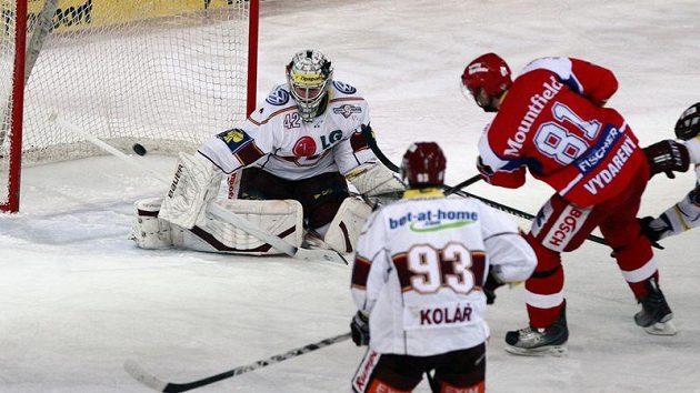 Budějovický bek René Vydarený (v červeném) překonává brankáře Sparty Tomáše Pöpperleho.