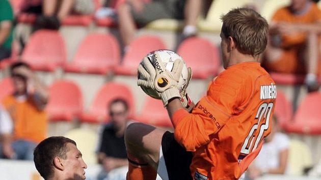 Příbramský brankář Krbeček chytá míč před sparťanem Prudnikovem