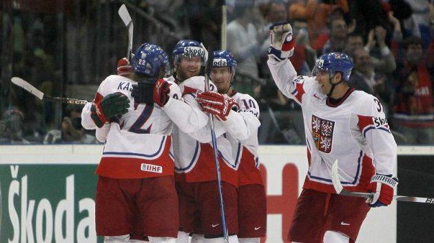 Čeští hokejisté se radují z branky do švédské sítě v semifinále mistrovství světa v Německu.
