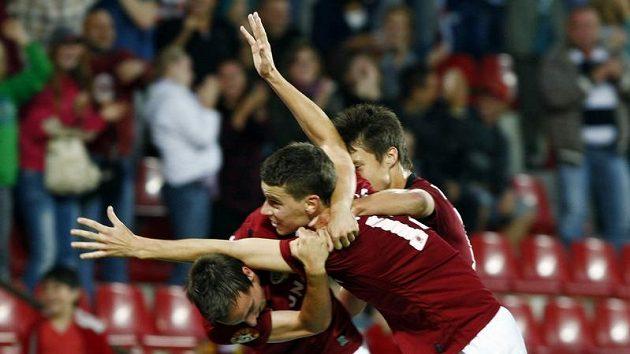 Ondřej Kušnír (13) oslavuje se spoluhráči Zemanem (22) a Kadlecem gól Sparty do sítě Jablonce