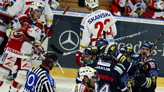 Radost hokejistů Liberce z branky do sítě Slavie