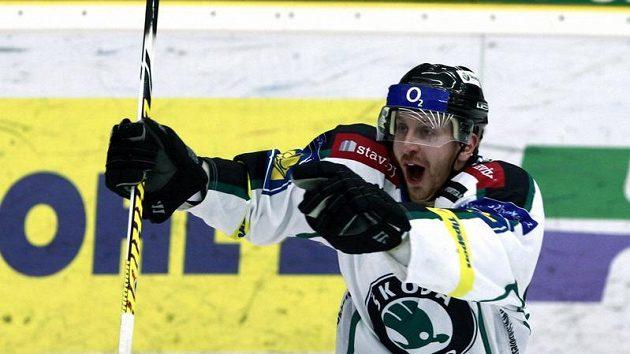 Boleslavský hokejista Lukáš Pabiška se raduje z gólu.