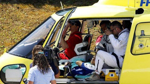 Zraněný Valentino Rossi byl přepraven vrtulníkem do nemocnice.