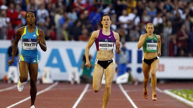 Denisa Rosolová (uprostřed) při běhu na 400 metrů na Zlaté tretře.