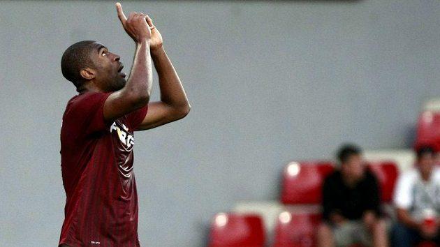 Útočník Sparty Léonard Kweuke oslavuje vstřelený gól v duelu se Sarajevem.