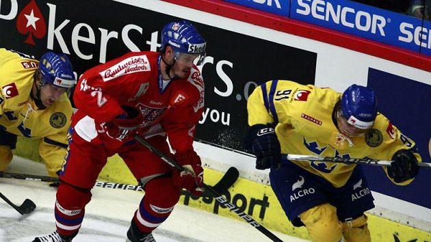 Lukáš Krajíček (uprostřed) v utkání proti Švédsku