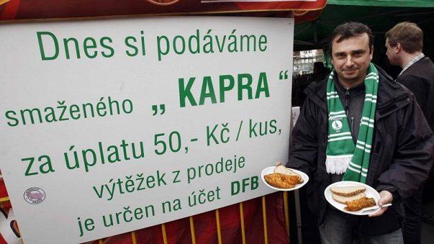 Místo obvyklých klobás si diváci v Ďolíčku před derby dvou Bohemek pochutnávali na smažených kaprech, ale fotbalu se nedočkali.