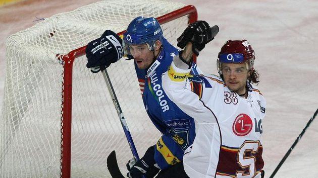 Obránce Sparty Jan Hanzlík (vpravo) se raduje z branky do sítě Vítkovic.