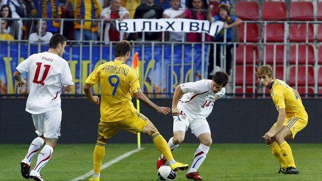 Václav Pilař (uprostřed) bojuje o míč s Ukrajincem Jarmolenkem.