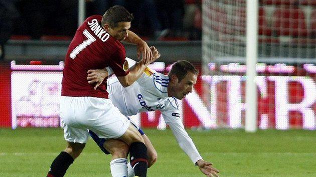 Libor Sionko v souboji s jedním z fotbalistů Lausanne.