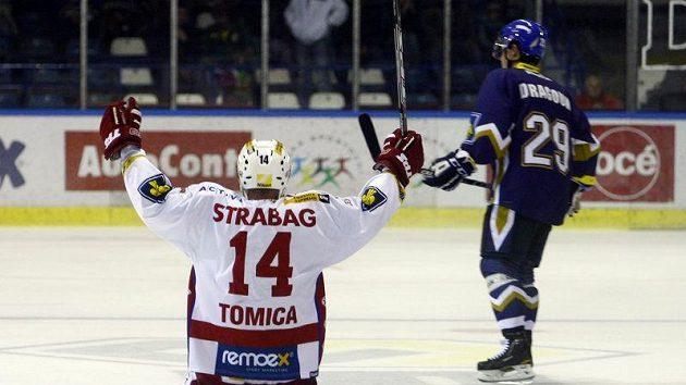 Slávista Marek Tomica (vlavo) oslavuje gól vstřelený na ledě Kladna.