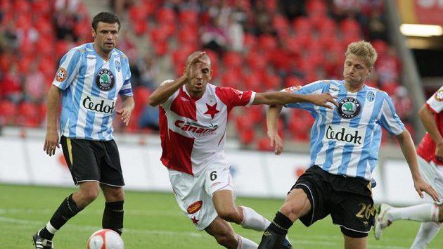 Mladoboleslavský Václav Procházka (vpravo) odkopává míč před Hocinem Raguedem ze Slavie. Situaci vlevo přihlíží Marek Kulič.