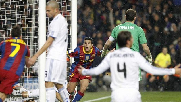 Bezradní fotbalisté Realu Madrid při gólu Pedra z Barcelony (uprostřed)