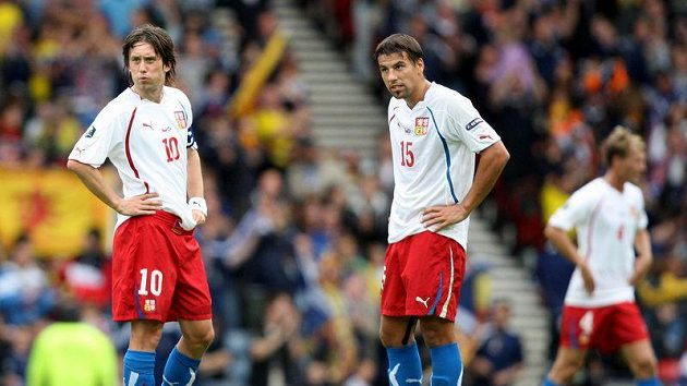 Český kapitán Tomáš Rosický (vlevo) a Milan Baroš rozehrávají poté, co Skot Kenny Miller vstřelil gól.