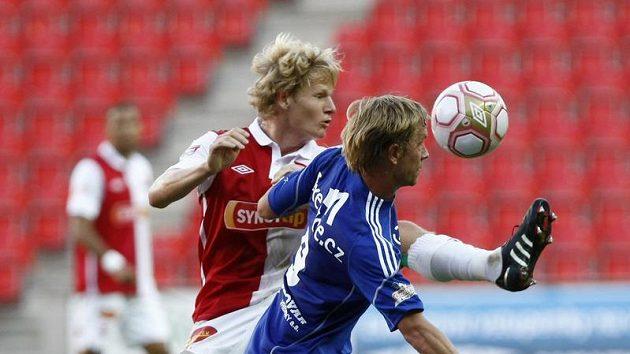 Lukáš Bajer z Olomouce si kryje míč před slávistou Štěpánem Korešem.