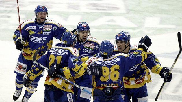 Radost hokejistů Zlína ve třetím utkání čtvrtfinále play-off se Slavií.