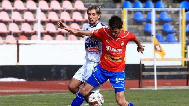 Plzeňský Jan Lecjaks (v červeném) si kryje míč před Patrikem Grossem z Kladna.