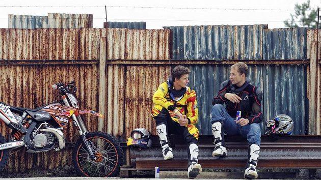 Freestylový motocyklista Petr Pilát (vlevo) a pilot Martin Šonka po tandemovém skoku na motorce.