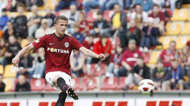 Sparťan Tomáš Pekhart proměňuje penaltu v zápase s Hradcem Králové.