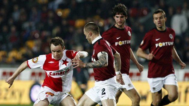 Obránce Sparty Tomáš Řepka atakuje Zdeňka Šenkeříka ze Slavie v odvetě čtvtfinále Ondrášovka Cupu.
