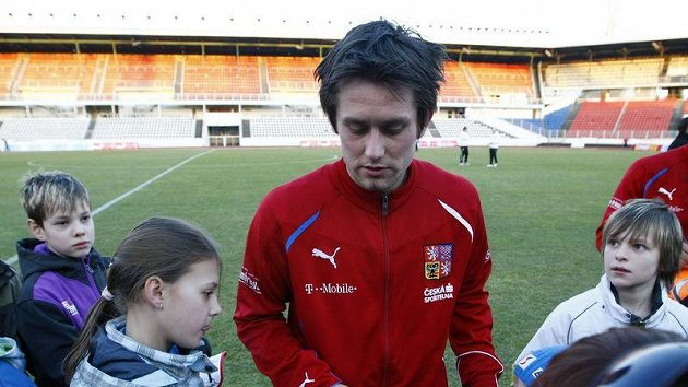 Kapitán české fotbalové reprezentace Tomáš Rosický se po tréninku podepisuje fanouškům.