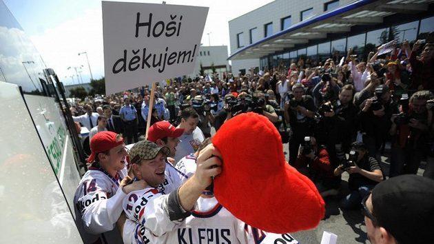 Čeští hokejisté po příletu do Prahy