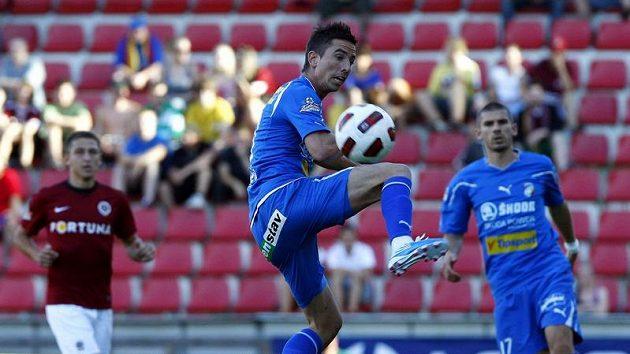 Milan Petržela z Plzně zpracovává míč v zápase se Spartou