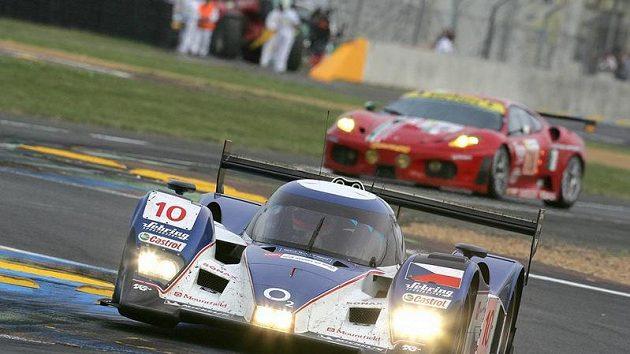 Vůz Lola-Aston Martin (vpředu) české stáje Charouz Racing System při závodu 24 hodin Le Mans.