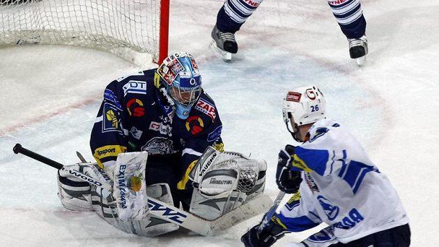 Plzeňský Tomáš Vlasák se snaží překonat brankáře Liberce Marka Pince v pátém utkání čtvrtfinále play-off.