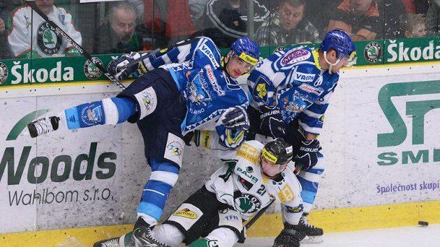 Hokejisté Kladna bojují s Petrem Macháčkem z Mladé Boleslavi