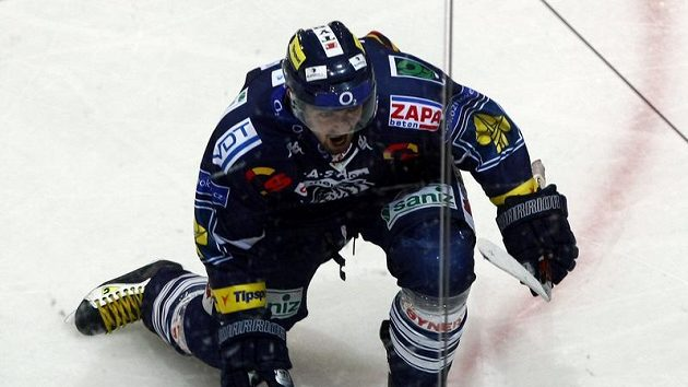 Liberecký Tomáš Klimenta oslavuje vstřelený gól v pátém utkání čtvrtfinále play-off na ledě Plzně.